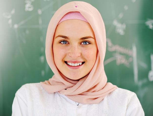 Dorywczo muzułmańskich studentów arabskich, patrząc szczęśliwy i uśmiechnięty