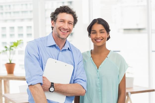 Dorywczo partnerów biznesowych patrząc na pliki