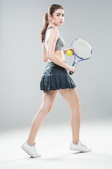 Dość atletyczna tenisistka na białym tle.