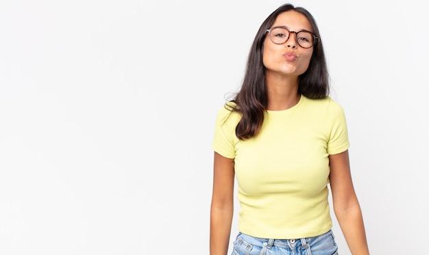 Dość cienka latynoska kobieta ściskająca usta