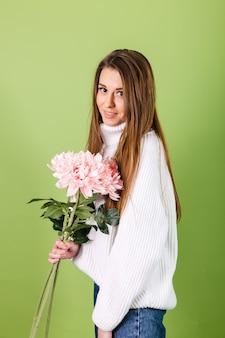 Dość europejska kobieta w dorywczo biały sweter na białym tle, romantyczny wygląd trzymając bukiet różowych kwiatów z uśmiechem