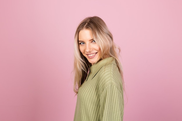 Dość europejska kobieta w dorywczo sweter z dzianiny na różowej ścianie