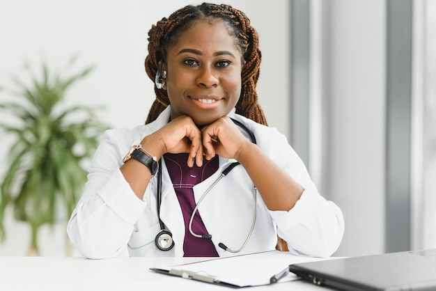 Dość młoda, inteligentna kobieta lekarz lub terapeuta udzielająca porad dotyczących opieki zdrowotnej online przez kamerę internetową