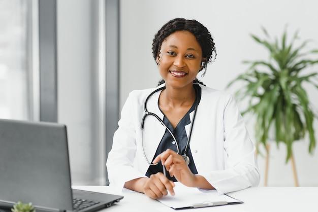 Dość młoda, inteligentna kobieta lekarz lub terapeuta udzielająca porad dotyczących opieki zdrowotnej przez kamerę internetową