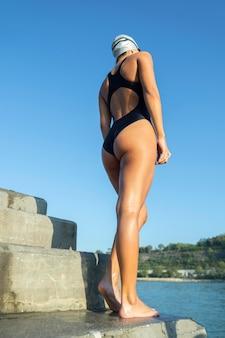 Dość młoda kobieta gotowa popływać
