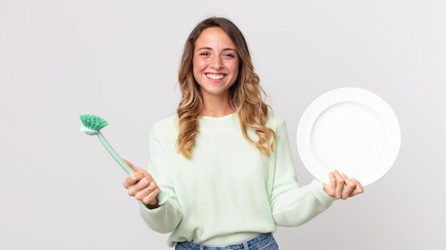 Dość młoda kobieta mycie naczyń koncepcja