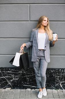 Dość młoda kobieta w stroju casual