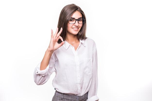 Dość młoda kobieta zmysłowa moda pozowanie na białej ścianie