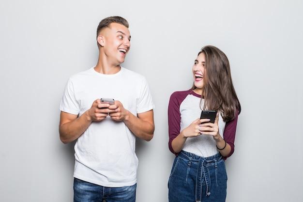 Dość młoda para przystojny chłopak i dziewczyna śmiech na białym tle