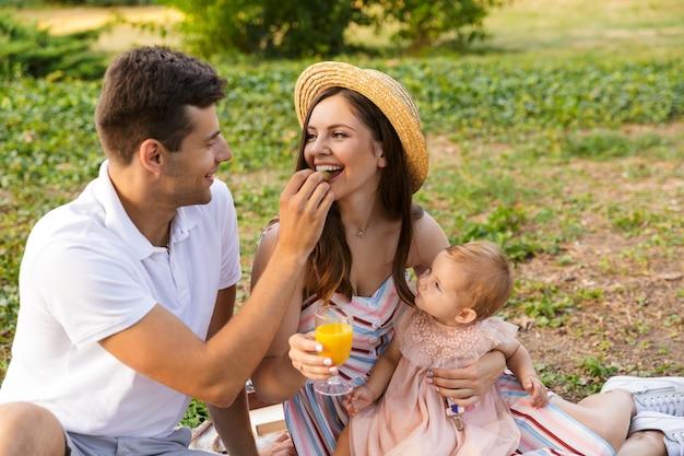 Dość młoda rodzina z małą córeczką spędzającą razem czas