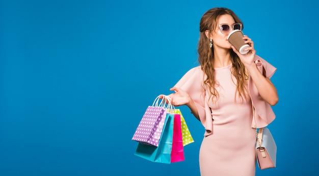 Dość młoda stylowa seksowna kobieta w różowej luksusowej sukience, letni trend w modzie, elegancki styl, okulary przeciwsłoneczne``