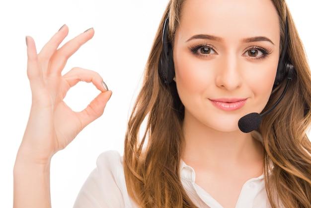 Dość młody agent gestykulacji call center