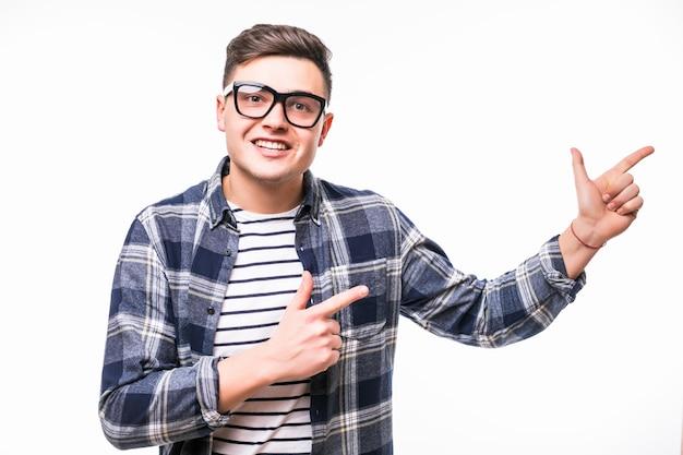 Dość młody człowiek w przezroczystych okularach prezentujących coś