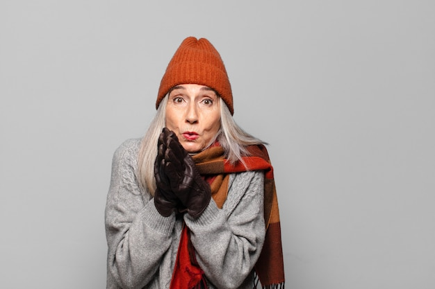 Dość starsza kobieta nosi zimowe ubrania. zimna koncepcja