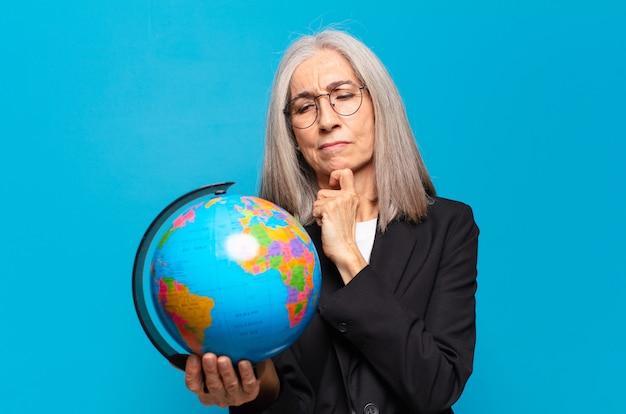 Dość starsza kobieta z kulą ziemską. koncepcja świata