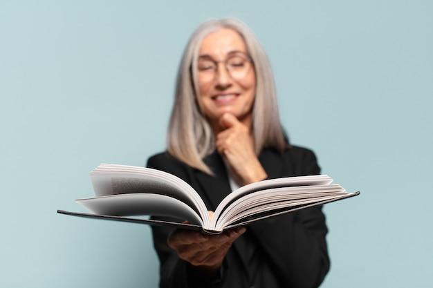 Dość starszy bizneswoman z książką