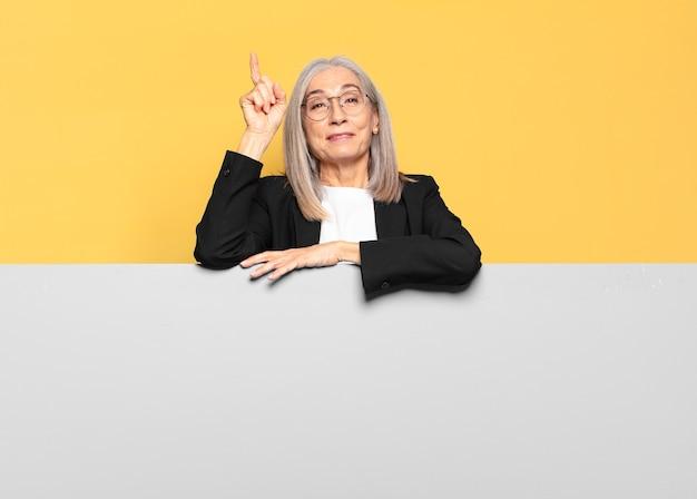 Dość starszy bizneswoman z siwymi włosami z miejsca na kopię, aby umieścić swoją koncepcję