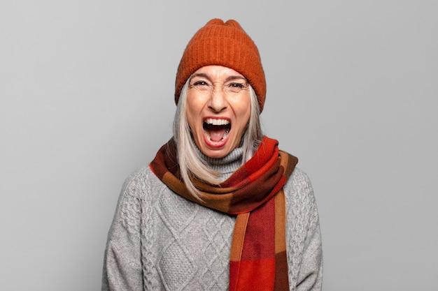 Dość Starszy Kobieta Nosi Ubrania Zimowe. Zimna Koncepcja Premium Zdjęcia