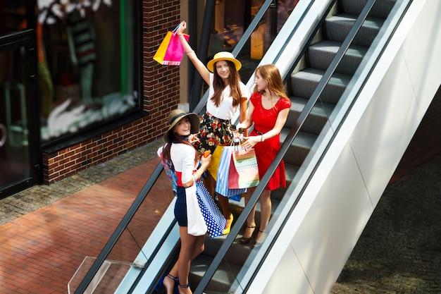 Dość szczęśliwy jasnych kobiet kobiet dziewczyn przyjaciół turystów w kolorowe sukienki