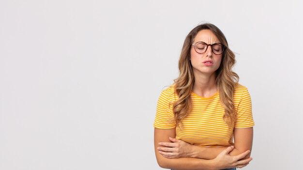 Dość szczupła kobieta czuje się niespokojna, chora, chora i nieszczęśliwa, cierpi na bolesny ból brzucha lub grypę