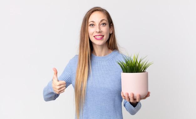 Dość szczupła kobieta trzymająca ozdobną roślinę domową