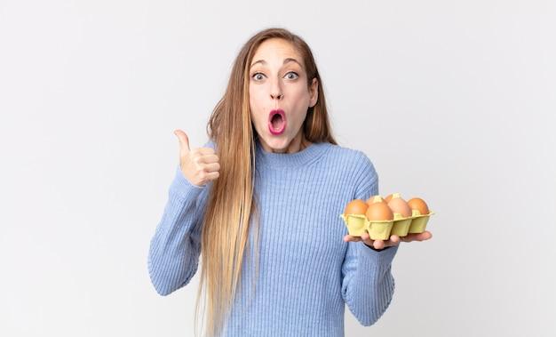 Dość szczupła kobieta trzymająca pudełko z jajkami