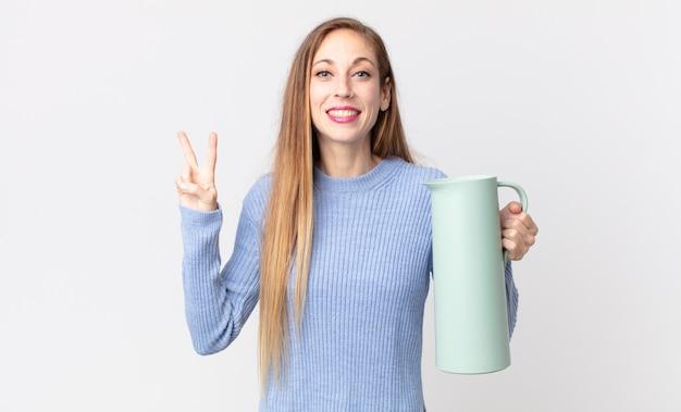 Dość szczupła kobieta z kawowym termosem
