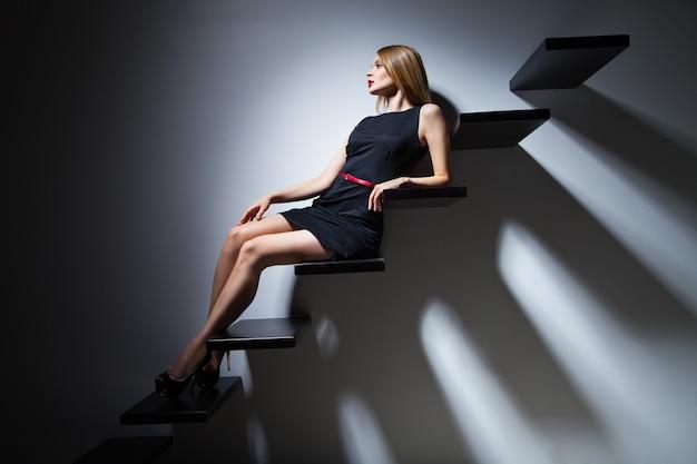 Dość Wesoła Modelka Kobieta Na Drabinie W Studio Premium Zdjęcia