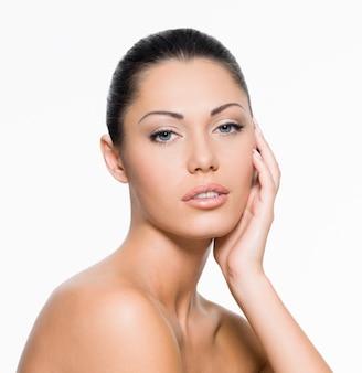 Doskonała kobieca twarz ze zdrową, świeżą skórą - na białym tle