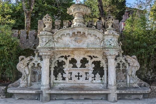 Doskonała ławka architektoniczna w antycznym stylu rokoko. quinta regaleira sintra portugalia.