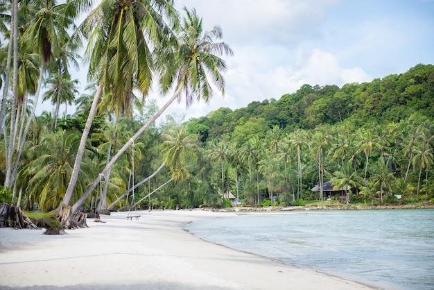 Doskonałe morze i plaże na koh kood, tajlandia podczas nieobecności turystów