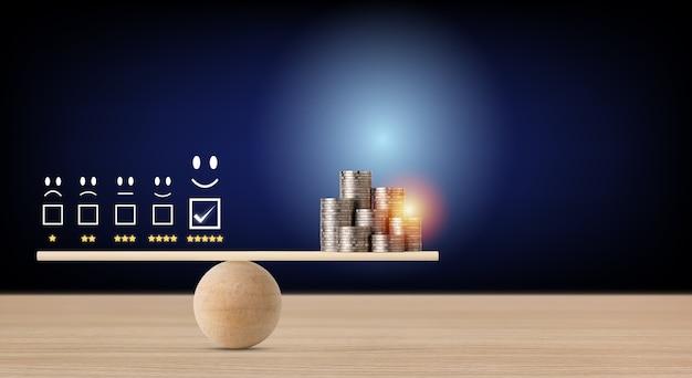 Doskonałe, pięciogwiazdkowe doświadczenie biznesowe z monetą układającą pieniądze na wyważaniu huśtawki, co oznacza, że biznes zyskuje pieniądze po zadowoleniu klienta