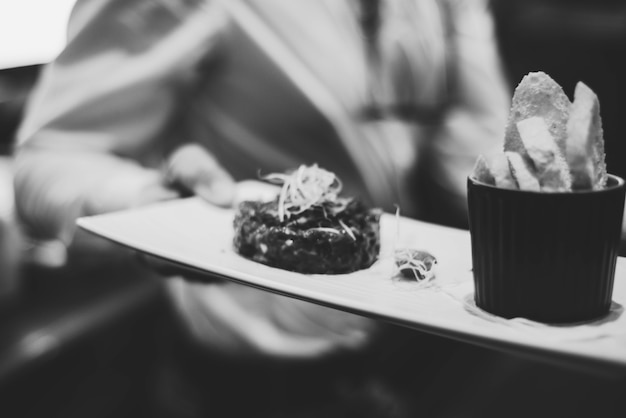Doskonałej jakości tatar wołowy z grzankami w luksusowej restauracji
