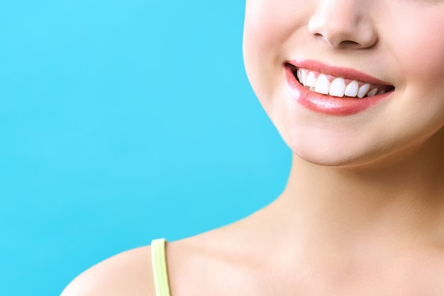 Doskonały uśmiech zdrowych zębów młodej kobiety