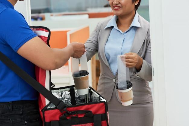 Dostarczanie świeżej kawy