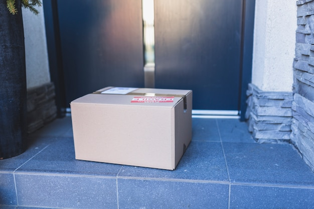 Dostarczone pudełko kartonowe na ganku