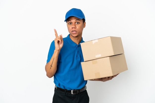 Dostawa afroamerykanin na białym tle na białym tle zamierzający zrealizować rozwiązanie, podnosząc palec w górę