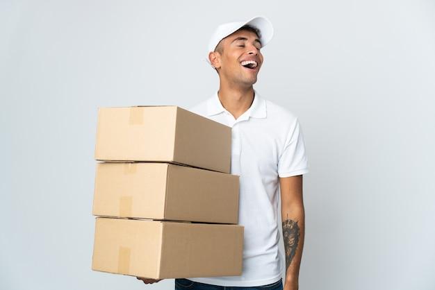 Dostawa brazylijski mężczyzna na białym tle na białej ścianie śmiejąc się