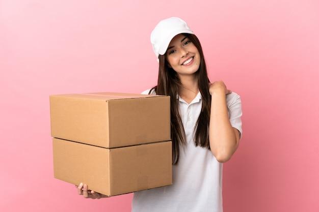 Dostawa dziewczyna nad odosobnioną różową ścianą, śmiejąc się