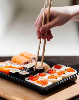 Dostawa jedzenia do domu, sushi i bułki