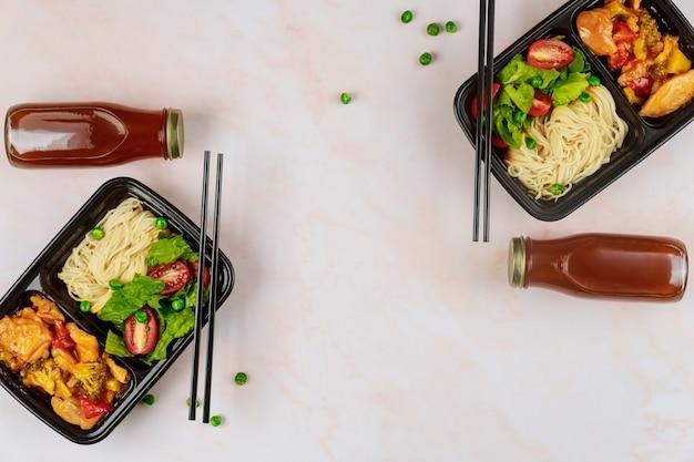 Dostawa jedzenia lub lunch na wynos w plastikowym pojemniku
