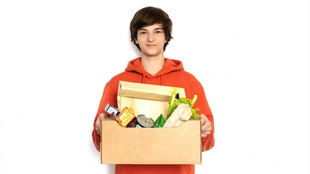 Dostawa jedzenia. mężczyzna w różowym stroju trzyma pudełko.