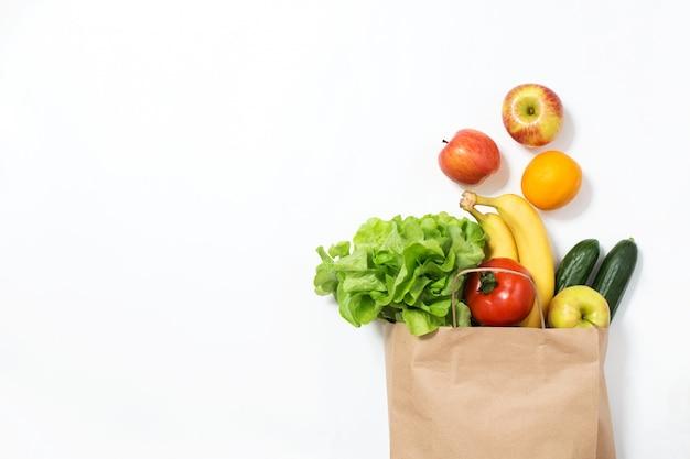 Dostawa jedzenia. torba rzemieślnicza z warzywami i owocami. zamówienie online ze sklepu spożywczego