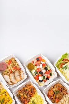 Dostawa jedzenia w pojemnikach na białym tle