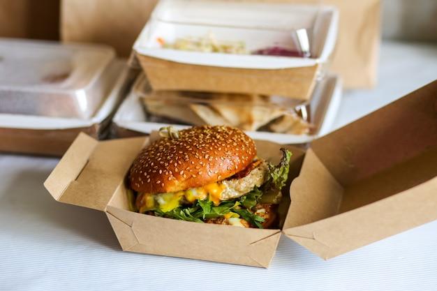 Dostawa jedzenia w pudełkach dostawa do biura jedzenie w pudełkach dostawa fast food dostawa burgerów burger w kartonie burger z kotletem sojowym dostawa burgerów wegetariańskich na wynos burgery latem