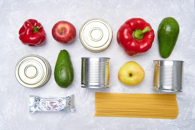 Dostawa jedzenia. zapasy żywności na lekkim stole. warzywa, olej, owoce, konserwy