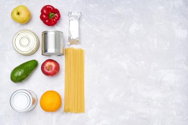 Dostawa jedzenia. zapasy żywności na lekkim stole. warzywa, owoce, konserwy