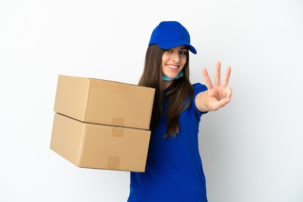 Dostawa kaukaska kobieta na białym tle szczęśliwa i licząca trzy palcami