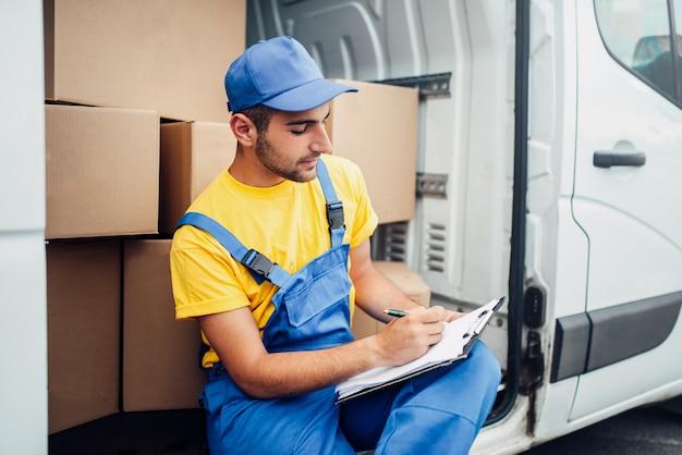 Dostawa ładunków, kurier i samochód ciężarowy z pudełkami