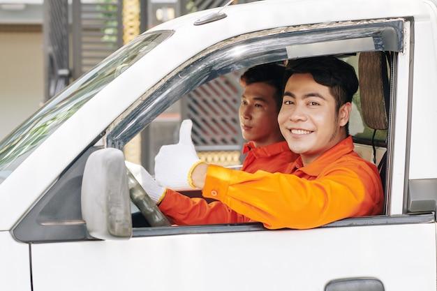 Dostawa mężczyzn w samochodzie